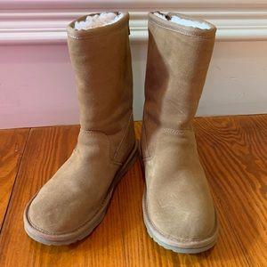 UGG Classic Short boot w/zipper kids size 1